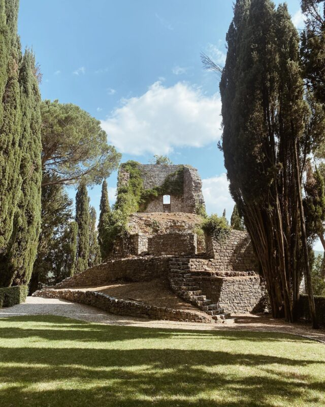 Spent the weekend exploring the magical @castigliondelbosco and scouting out this amazing ceremony space for our September wedding! Can't wait @tulipinadesign @josevilla #castigliondelbosco #tuscany #tuscanyweddingvenue #tuscanyitaly #tuscanwedding #weddinginitaly #destinationwedding #destinationweddingplanner #weddingceremony #ceremonyvenue #weddinginspiration